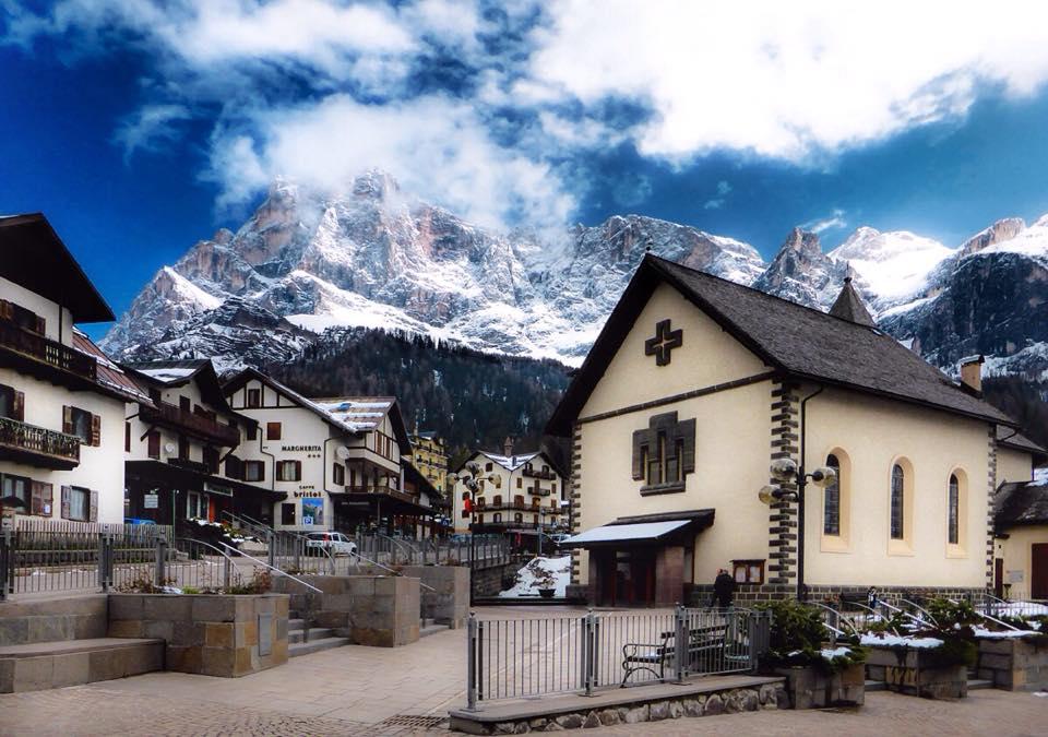Chiesa San Martino di Castrozza con neve. Foto di Stefania Giatti